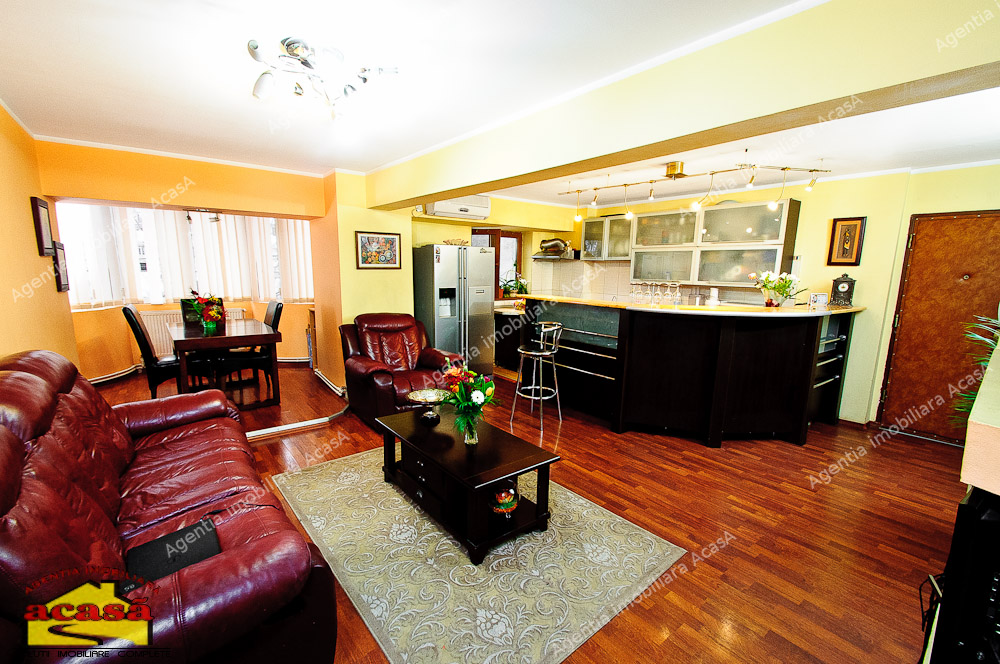 Apartament de vanzare cu patru camere, spatios, in Piata Centrala